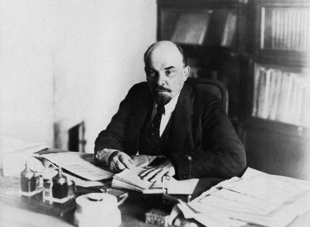 Lenin za svým pracovním stolem ve studovně svého bytu v Kremlu, 16. října 1918