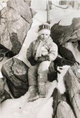 Já jako pětiletý chlapec zachycen tatínkovým fotoaparátem při pobytu na horách. Placku OF jsem nosil velice rád i když jsem jejímu významu tehdy tak docela nerozumněl.