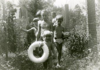 Děti se jsou koupat na chatě ve Čtyřkolech