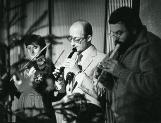 Antonín Daňhel hraje na flétnu.